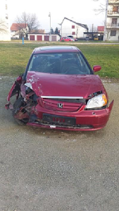 Honda Civic sedan karambolirana